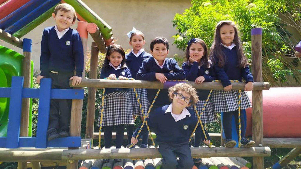 Niños posando para foto en el parque del Colegio Mariángela