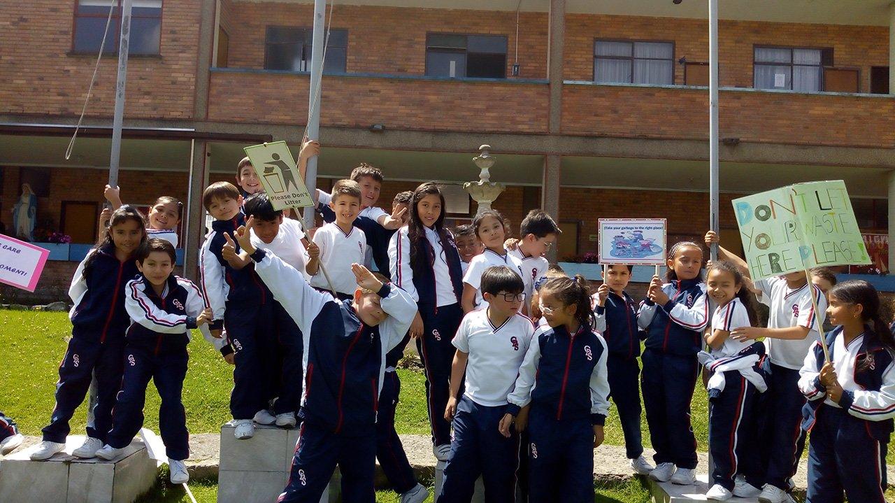 estudiantes felices en el colegio