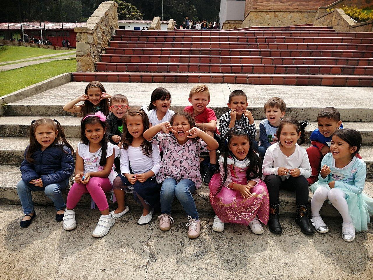 niños felices del colegio divino salvador